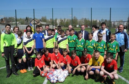 У селі під Харковом відкрили майданчик зі штучним покриттям для міні-футболу