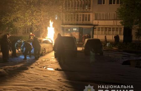 Поліція проводить перевірку за фактом загоряння трьох автомобілів у Харкові (ФОТО)