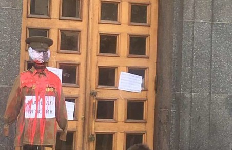 Активісти принесли до мерії «закривавленого» Жукова (ФОТО)