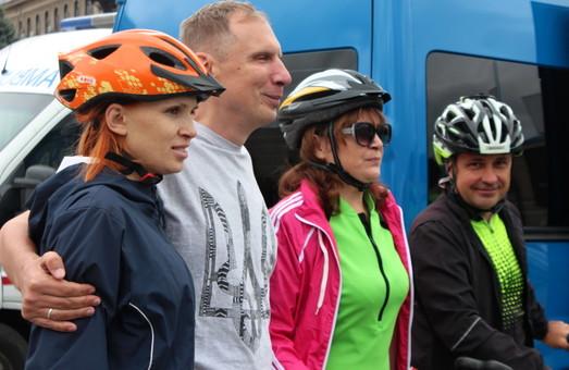 Зрячі та незрячі велосипедисти хочуть об'їхати Харківщину (фоторепортаж)