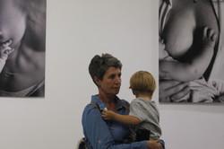 «Ті, що годують молоком»: В Харкові триває виставка про ніжність та тілесність (фото)
