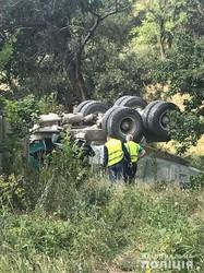 У Харкові вантажівка впала з моста, водій в тяжкому стані
