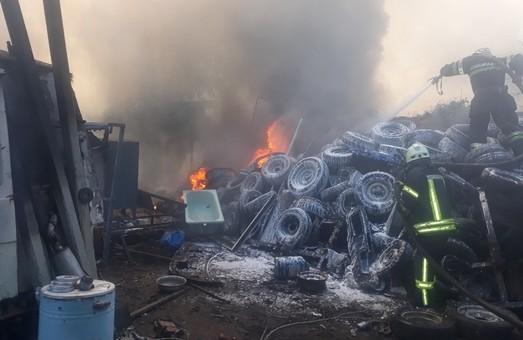 Харків: масштабна пожежа старих автомобільних покришок ліквідована