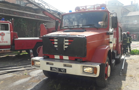 У Харкові рятувальники ліквідували пожежу у недіючій будівлі підприємства «Нова Баварія» (ФОТО)