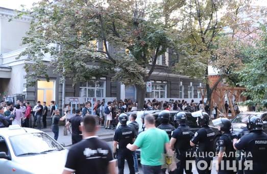 Блокували та обливали зеленкою:Як лекція в Харківському ЛітМузеї стала об'єктом агресії