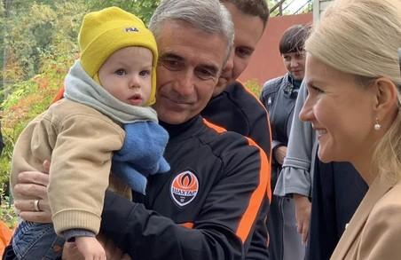 Світлична і гравці ФК «Шахтар» завітали з подарунками у будинок дитини «Зелений гай» (ФОТО)