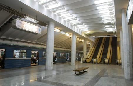 У харківській підземці іноземець розмалював два два вагони потягу (ФОТО)