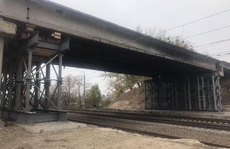 На пошкодженому шляхопроводі тривають монтажні роботи