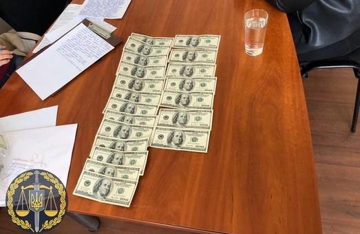 Обвинувальний акт стосовно викритих на хабарі екс-виконавця виконавчої служби та його керівника, скеровано до суду