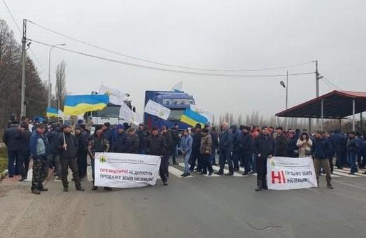 Нас хочуть зробити кріпаками: Харківські фермери перекривають дороги