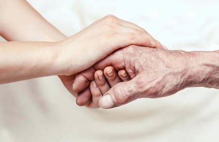 «Відпустіть та просіть смирення»: З якими труднощами стикаються родини невиліковно хворих