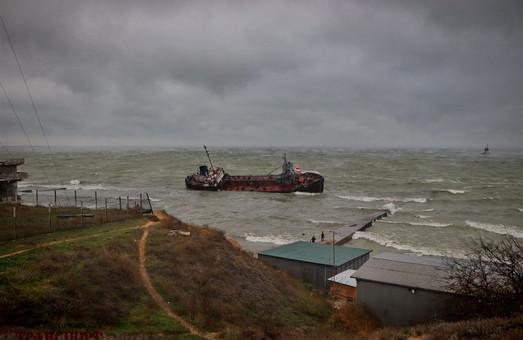 Екологічна катастрофа в Одесі: з затонулого танкеру у море виливається нафта (ФОТО, ВІДЕО)