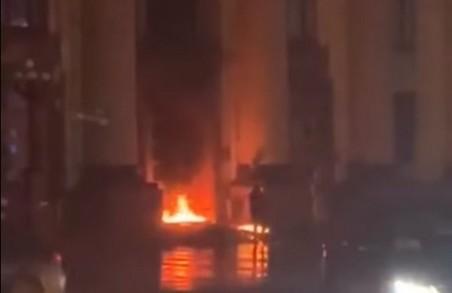 Образився на владу і підпалив ХОДА: що відомо про пожежу в центрі Харкова (ВІДЕО)