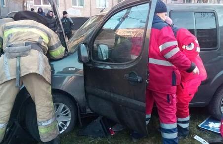 У Харкові зіткнулись дві іномарки: рятувальники деблокували з понівеченого автомобіля постраждалого (ФОТО)
