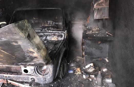 У Харкові рятувальники ліквідували пожежу у гаражному кооперативі