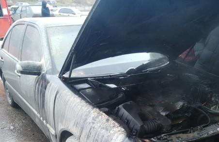На парковці біля «Барабашово» спалахнув Мercedes (ФОТО)