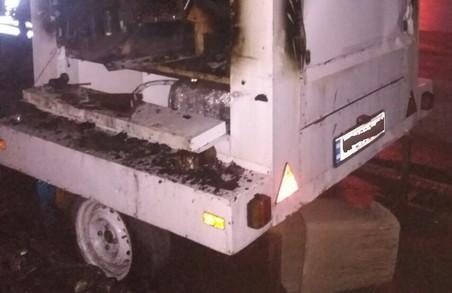 В центрі Харкова рятувальники загасили палаючий кавовий причіп