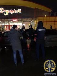 Посадовця ДФС та посередника затримано на хабарі (ФОТО, ВІДЕО)