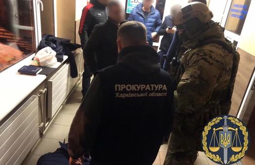 На пункті пропуску «Гоптівка» затримано інспектора митного поста на отриманні хабаря (ФОТО, ВІДЕО)