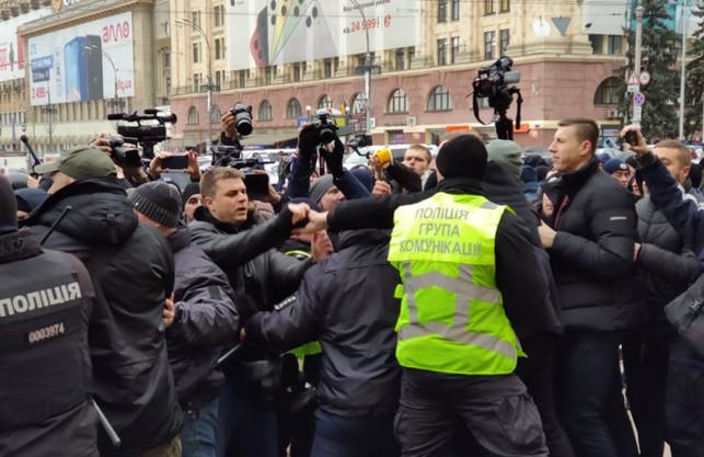 У центрі Харкова любителів «руського миру» зустріли активісти: поліція охороняє будівлю ХОДА (ФОТО, ВІДЕО)