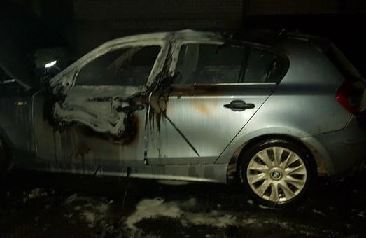 У Харкові вночі згорів BMW (ФОТО)