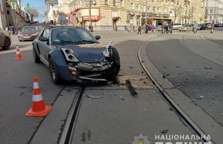 В центрі Харкова BMW протаранив дві припарковані автівки та велосипедиста (ФОТО)