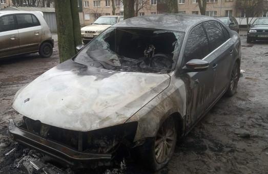 В Харкові вночі знову палала автівка (ФОТО)