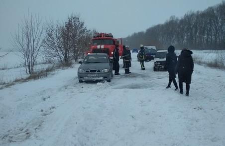 Харківські рятувальники витягли зі снігових наметів три автівки (ФОТО)