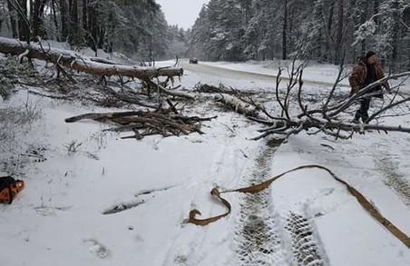 На Харківщині дороги не прибирають від снігу: за добу у заметах застрягли три машини