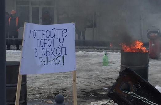 Стояти до останнього: торговці з «Барабашово» будують барикади (ФОТО)
