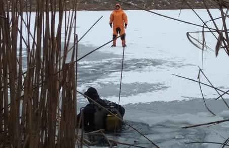 Під Харковом з крижаної водойми водолази ДСНС дістали тіло загиблого (ФОТО)
