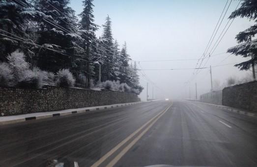 Сильний вітер та ожеледиця: харківських водії попередили про небезпеку