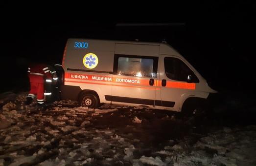 Під Харковом рятувальники допомогли відбуксирувати автомобіль швидкої медичної допомоги з кювету