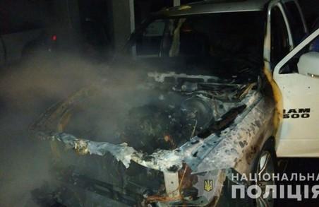 Поліція встановлює обставини загоряння двох автівок на проспекті Науки