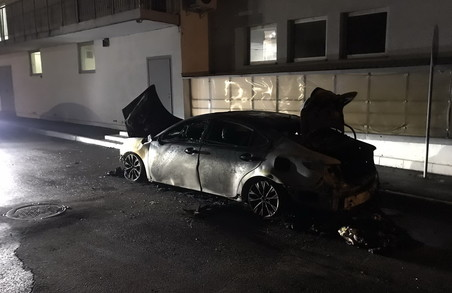 У Харкові вночі згоріла іномарка: експерти кажуть про підпал (ФОТО)