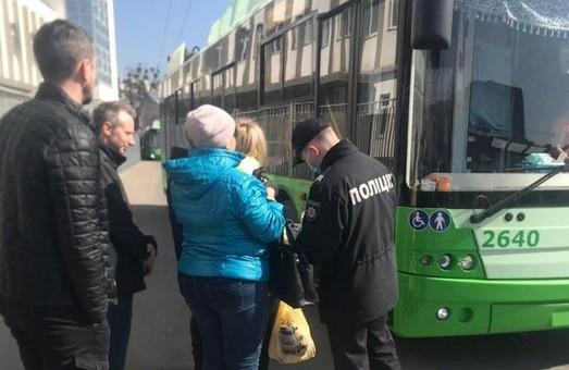 Працююче кафе, торгівля непродовольчими товарами, перевищення кількості пасажирів в маршрутках: як порушують карантин в Харкові