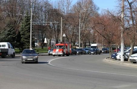 Харківські рятувальники через гучномовний зв'язок попереджають людей про необхідність дотримуватися умов карантину