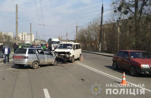 У лобовому зіткненні двох автівок в Харкові загинули люди (ФОТО)