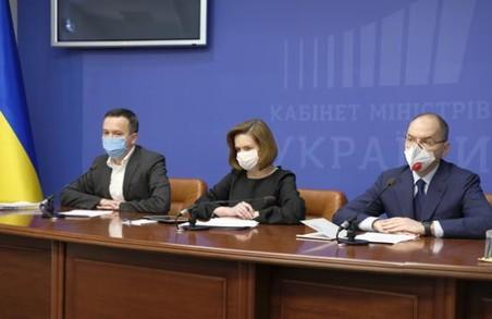 Кабмін виділить регіонам кошти на доплату медикам, які борються з коронавірусом