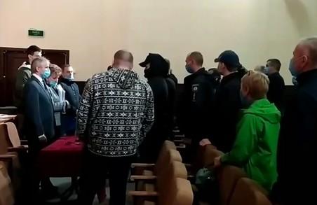 Група псевдоАТОвців влаштувала бійку на сесії Старосалтівської селищної ради на Харківщині