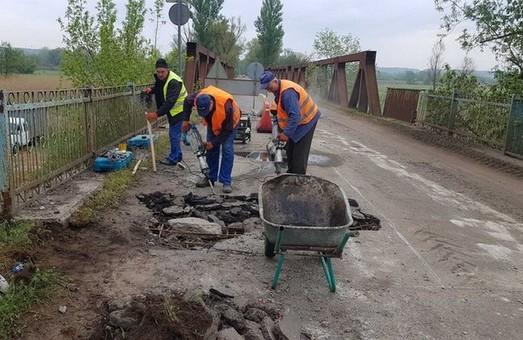 Під Харковом реконструюють міст (ФОТО)