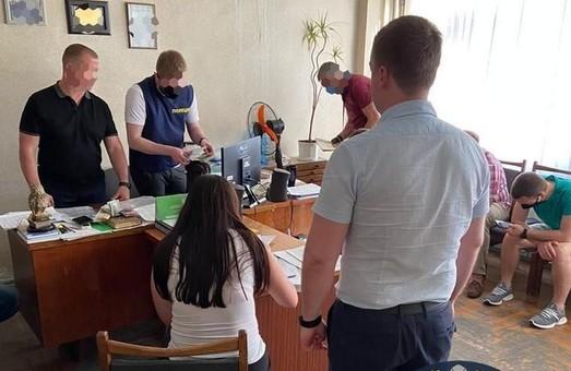 Корупційний злочин: на Харківщині директор та працівник держустанови погоріли на хабарі