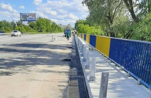 Біля «Лоску» завершуються ремонт тротуарів мосту (ФОТО)