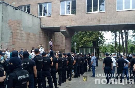 Сутички біля лікарні для чорнобильців: постраждали двоє поліцейських (ФОТО)