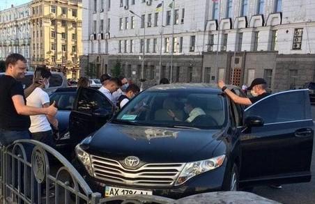 «Проводяться слідчі дії»: біля мерії правоохоронці обшукали машину Нехорошкова (ФОТО)