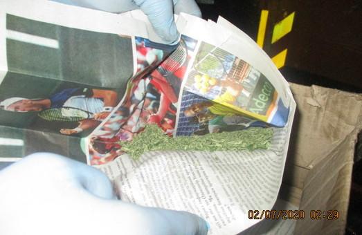 Слобожанські митники виявили у водія вантажівки наркотики (ФОТО)