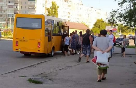 У Лозовій не вистачає маршруток, транспорт нормально не працює (ФОТО)