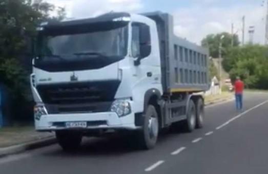 У Куп'янську вантажівки місцевого заводу руйнують нову дорогу (ВІДЕО)
