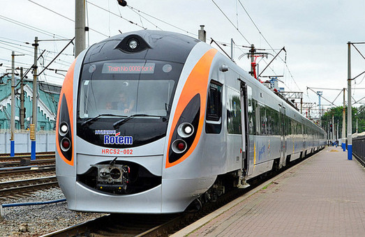 Під Харковом зламався поїзд Hyundai, пасажирів доставляв допоміжний локомотив