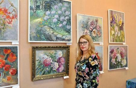 У галереї «Мистецтво Слобожанщини» пройде зустріч з авторкою виставки «Вальс квітів»